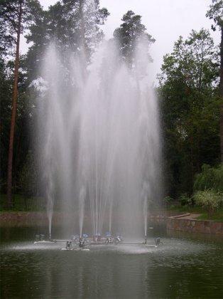 Фонтан на пруду. Парк 2004г.